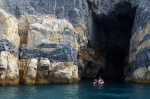 悬崖下的洞穴